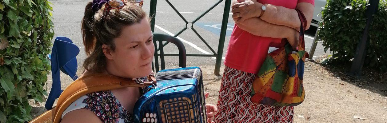 Angélique à l'accordéon